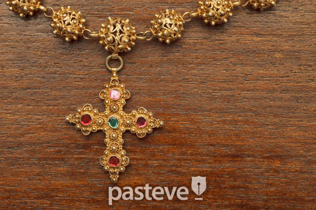 큐빅 박힌 십자가 모양의 목걸이